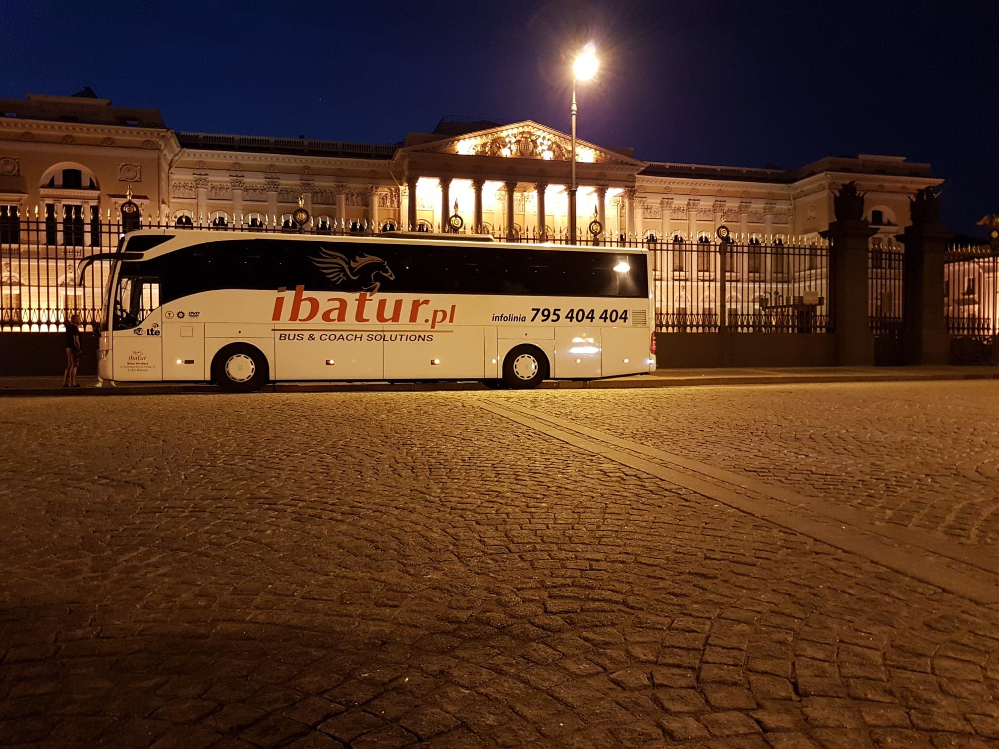 Поездка на автобусе в Санкт-Петербург – поездка на автобусе в Россию / июль